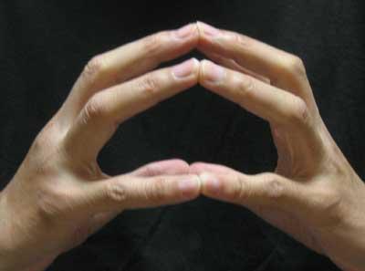 指先を合わせて脈を測る